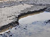 Dziurawe drogi nie tylko kosztem kierowców