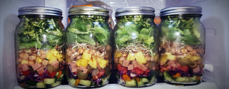 Zdrowo, świeżo i wygodnie, czyli sałatki w słoiku do pracy