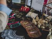 Biżuteria ze stali szlachetnej – dlaczego warto sprzedawać?