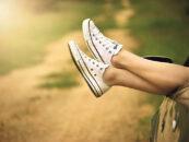 Jakie obuwie nosić na przełomie lata i jesieni?